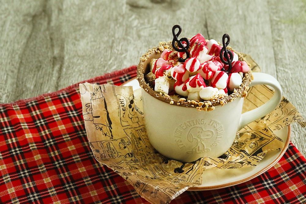 PEANUTS Cafe 中目黒で提供する「シュローダーのマシュマロミルク」