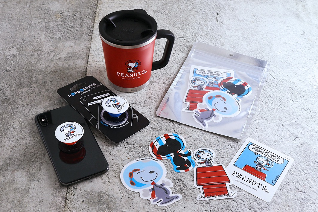 「PEANUTS Cafe×thermo mug コラボダブルマグ<アストロノーツ>」など、アストロノーツスヌーピーをデザインした限定グッズ