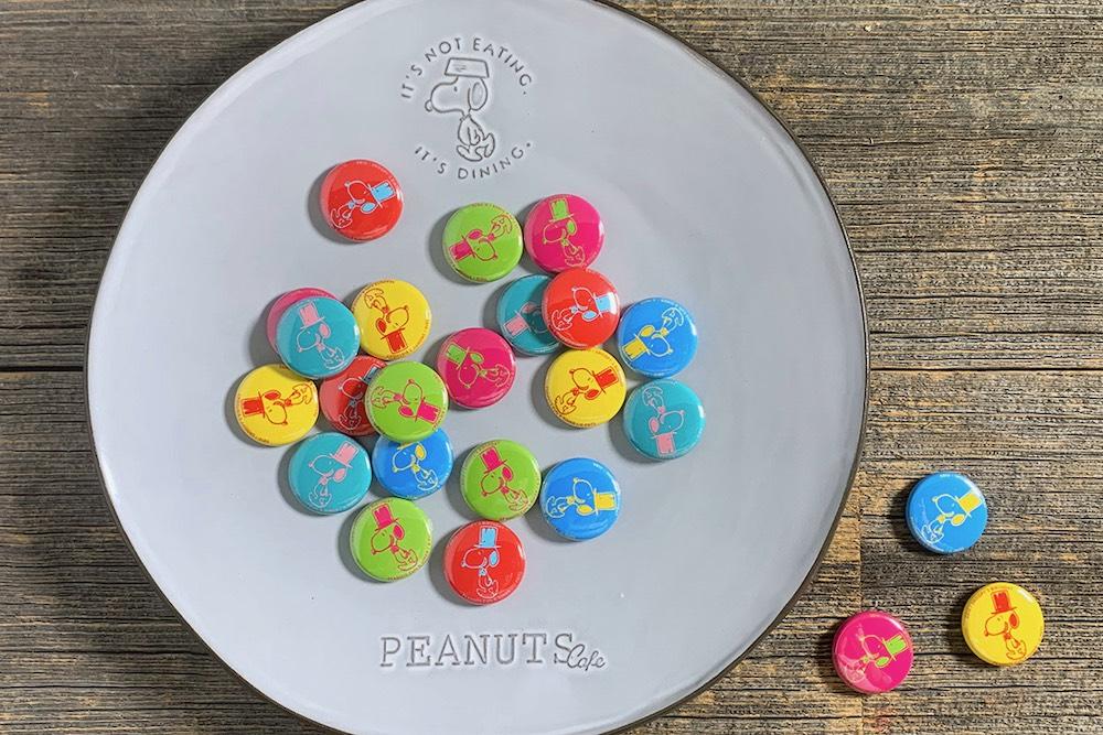 8月10日のスヌーピーの誕生日をお祝いして、レモネードドリンクをご注文のお客様にプレゼントする「バースデーミニ缶バッジ」