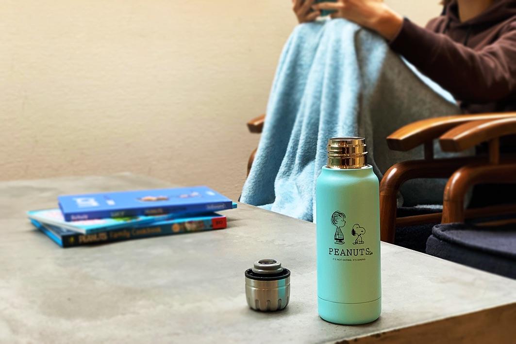 「PEANUTS Cafe × thermo mug アンブレラボトルミニ」はミニバッグやアウターのポケットにも入る190mlのミニサイズ