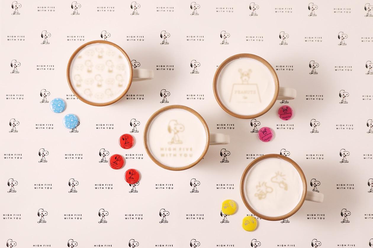 「PEANUTS Cafe 中目黒」の5周年をお祝いして、スヌーピーのアートが入った記念グッズと限定ドリンクが登場!